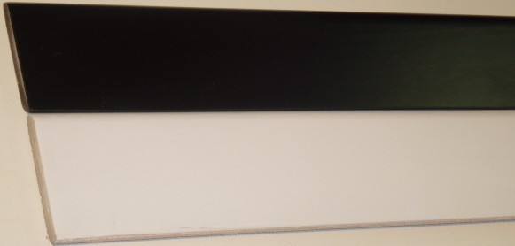 Battiscopa laccato bianco/nero 70 x 10 mm.